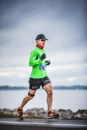 CARLETON, CANADA - 4 juin 2017. Au cours du 5e Marathon de Carleton au Québec, au Canada. Man Marathoner à environ 7 km de distance Banque d'images - 82386432