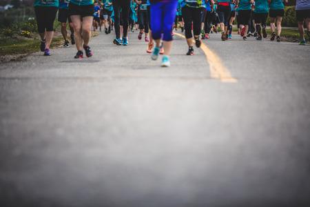 CARLETON, CANADA - 4 juin 2017. Au cours du 5e Marathon de Carleton au Québec, au Canada. Contexte des marathoners Pieds avec espace de copie pour le texte Banque d'images - 82386435