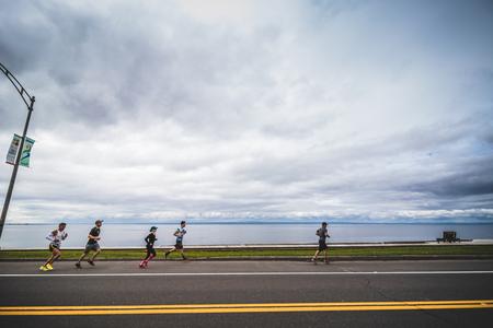CARLETON, CANADA - 4 juin 2017. Au cours du 5e Marathon de Carleton au Québec, au Canada. Groupe de marathoniens juste après la ligne de départ Banque d'images - 82386442