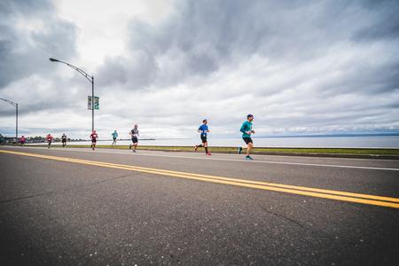 CARLETON, CANADA - 4 juin 2017. Au cours du 5e Marathon de Carleton au Québec, au Canada. Groupe de marathoniens juste après la ligne de départ Banque d'images - 82386469