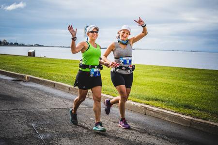 CARLETON, CANADA - 4 juin 2017. Au cours du 5e Marathon de Carleton au Québec, au Canada. Deux jeunes filles heureuses sur le premier km du marathon. Banque d'images - 82386464