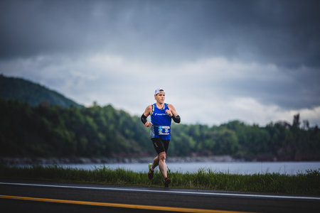 CARLETON, CANADA - 4 juin 2017. Au cours du 5e Marathon de Carleton au Québec, au Canada. Fast Man Alone pendant le Marathon Banque d'images - 82386511
