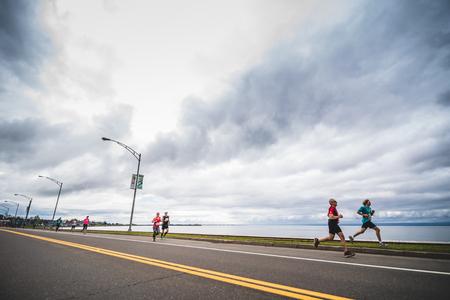 CARLETON, CANADA - 4 juin 2017. Au cours du 5e Marathon de Carleton au Québec, au Canada. Groupe de marathoniens juste après la ligne de départ Banque d'images - 82386518