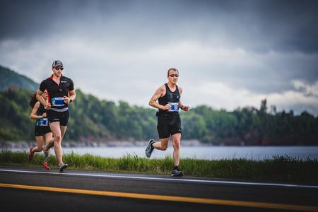CARLETON, CANADA - 4 juin 2017. Au cours du 5e Marathon de Carleton au Québec, au Canada. Groupe de Marathoners à 7 km de distance Banque d'images - 82386526