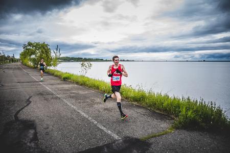 CARLETON, CANADA - 4 juin 2017. Au cours du 5e Marathon de Carleton au Québec, au Canada. Man Marathoner Sprinting les derniers 500m avant la ligne de finition Banque d'images - 82386527