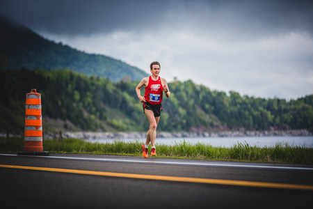 CARLETON, CANADA - 4 juin 2017. Au cours du 5e Marathon de Carleton au Québec, au Canada. Man Marathoner à environ 7 km de distance Banque d'images - 82386531