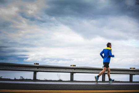 CARLETON, CANADA - 4 juin 2017. Au cours du 5e Marathon de Carleton au Québec, au Canada. Senior Marathoner seul au bord de la route et de l'océan Banque d'images - 82386532