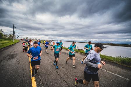 CARLETON, CANADA - 4 juin 2017. Au cours du 5e Marathon de Carleton au Québec, au Canada. Groupe de marathoniens juste après la ligne de départ Banque d'images - 82386536