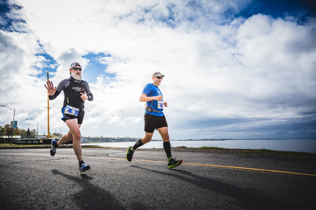 CARLETON, CANADA - 4 juin 2017. Au cours du 5e Marathon de Carleton au Québec, au Canada. Deux hommes font le marathon. Sur le jeune et le vieux Homme qui fait le marathon complet Banque d'images - 82386537