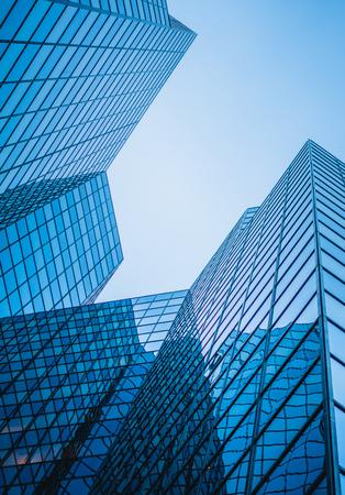 Abstrakte und komplexe blaue Wolkenkratzer außerhalb im Freien in Montreal mit Himmel im Hintergrund Standard-Bild - 92242335