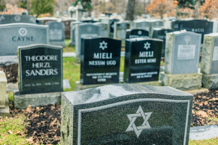 Montreal, Canada _ November 30, 2017. Jewish Graveyard in Montreal on cold day of Autumn. The Shaar Hashomayim Cemetery was established in the mid-1860s on the northern slope of historic Mount Royal. 에디토리얼