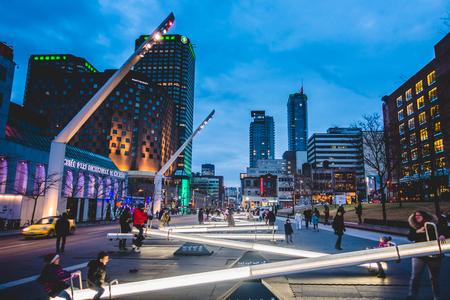 モントリオール、カナダ _ 2017 年 12 月 3 日。場所 Des 芸術広場は、子供と親のシーソーその変更の光の楽しさとも、音楽を持っていることと夜です。