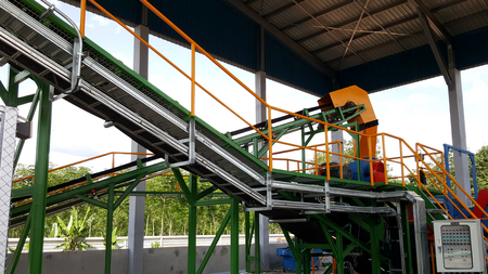 Wood chipper process : wood chips transport by conveyor belt Stockfoto
