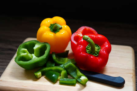 Fresh sweet bell pepper on wooden board. Banque d'images