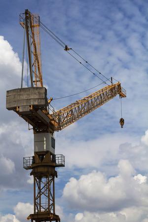 crane parts: Gr�as torre son una forma moderna de la gr�a equilibrio que consiste en las mismas partes b�sicas Foto de archivo