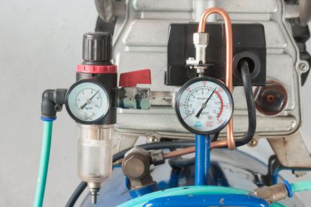 Un manomètre et un régulateur de filtre à air sur la pompe à air Banque d'images - 26073086