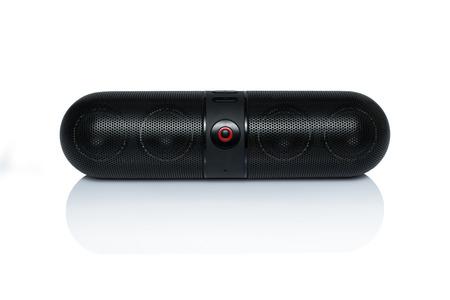 白い背景の上の Bluetooth スピーカー