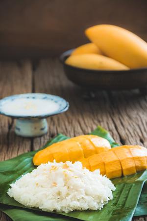 mango: Martwa natura słodkie lepki ryż z mango mango (Barracuda) i mleka kokosowego