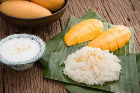 mango fruta: Dulce arroz pegajoso Naturaleza muerta con mango (Barracuda mango) y leche de coco