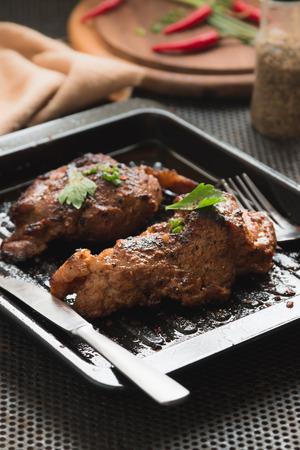 唐辛子、塩、スパイス、ハーブで味付けしたポーク ステーキは、健康のため唐辛子と砕いた。 写真素材