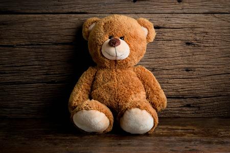 Mignon ours en peluche assis sur fond vieux bois Banque d'images - 40887843