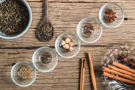 Masala chai avec des épices. Bâton de cannelle, cardamome Thai, gingembre, clou de girofle, l'anis étoilé, poivre noir, graines de fenouil, thé noir Banque d'images - 40887635