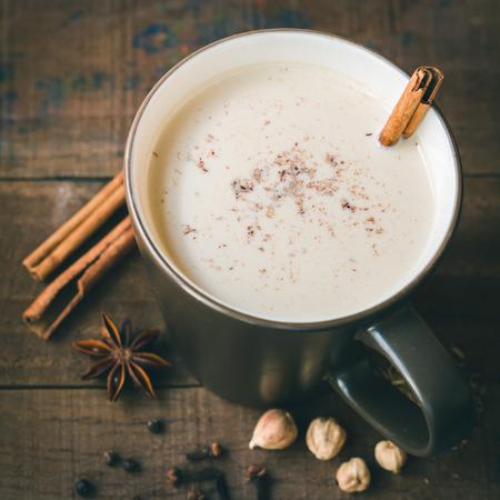Masala chai avec des épices. Bâton de cannelle, cardamome Thai, gingembre, clou de girofle, l'anis étoilé, poivre noir, graines de fenouil, thé noir Banque d'images - 41027052