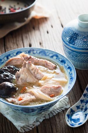 alimentacion sana: Alimentos saludables estofado costillas de cerdo con hierbas y shiitake