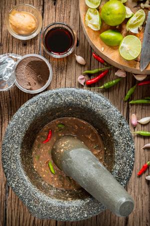 camaron: salsa de chile pasta de camarones en un mortero de piedra con los ingredientes para cocinar