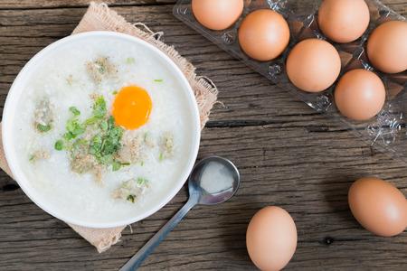 """Congee, gruau de riz """"Khao Tom Moo"""" mélangé avec du porc et des oeufs Banque d'images - 41835405"""
