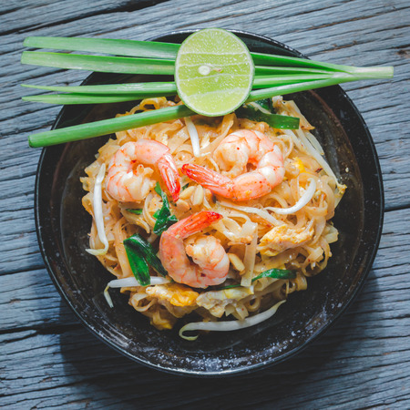 Thai Fried Noodles Pad Thai with shrimp and vegetables Reklamní fotografie