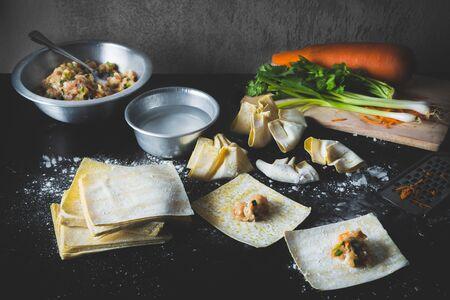 comida gourmet: hacer un delicioso de albóndigas de cerdo asiáticas con verduras.