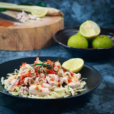 comida gourmet: la carne de cerdo con salsa picante y lim�n, lim�n picante del cerdo, cerdo tailand�s Ensalada picante y lim�n