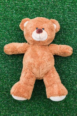 osos de peluche: oso de peluche lindo en el fondo de hierba verde Foto de archivo