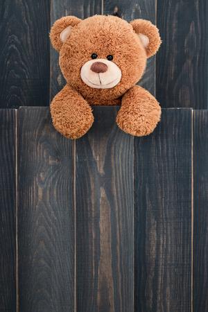 Leuke teddybeer met oude houten achtergrond