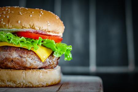 Burger de boeuf grillé savoureux sur fond de bois Banque d'images - 73527104