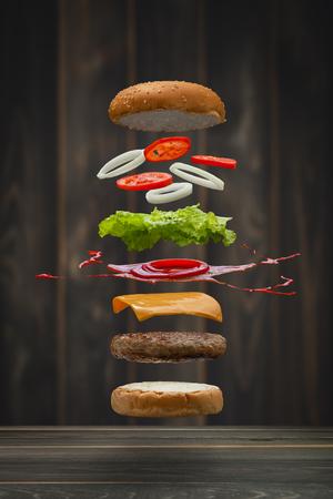 Heerlijk Gegrilde Biefstuk Hamburgervoer Drijvend, voedselvliegstijl. Stockfoto - 73527125