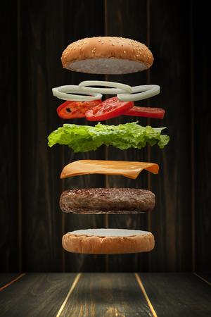 맛있는 구운 된 쇠고기 햄버거 음식 부동, 음식 비행 스타일입니다. 스톡 콘텐츠
