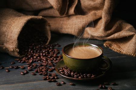 Tasse à café et grains de café avec sac Banque d'images