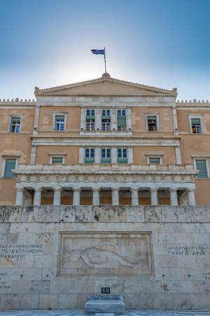 syntagma: Il monumento del Milite Ignoto e la facciata del palazzo del Parlamento greco in piazza Syntagma di Atene