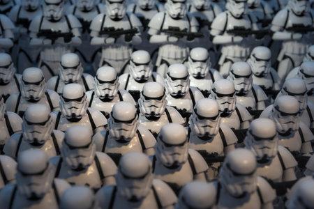 estrellas  de militares: Un ejército de figuras de soldados de asalto miniatura modelo alineados en una pantalla que ilustra las películas de Starwars Editorial