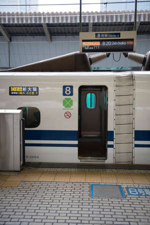 estacion de tren: A Tokaido line shinkansen bullet train door open at a platform in Tokyo station Editorial