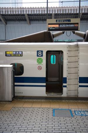 estacion de tren: Una línea Tokaido Shinkansen puerta del tren en una plataforma abierta en la estación de Tokio Editorial