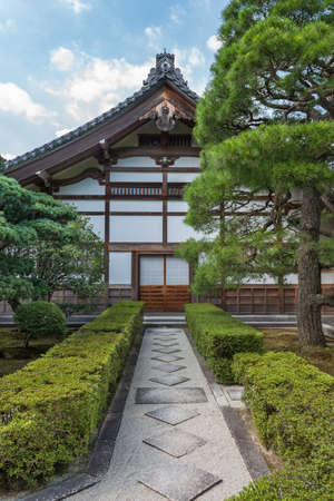 Symmetrical path leading to the door in a traditional Japanese wooden building Imagens