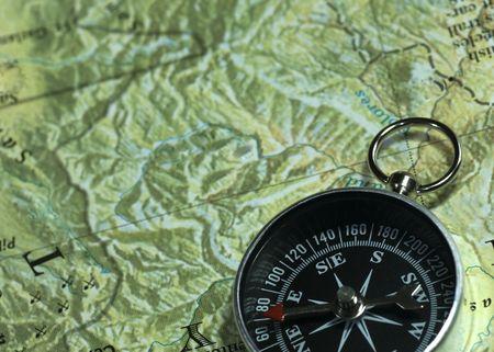 überleben: Hoch oben der Kompass auf der Karte. Lizenzfreie Bilder