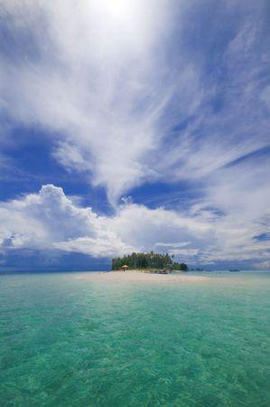 sandy: Isla tropical con playa de arena blanca.  Foto de archivo