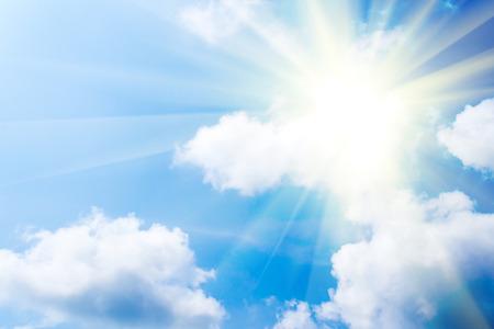 sol radiante: cielo azul con fondo blanco nube