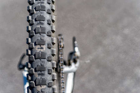 Outworn bike tire on grunge background Imagens