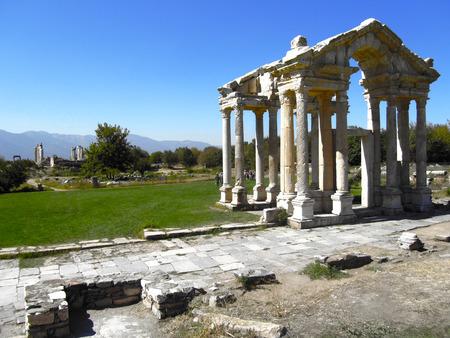 afrodita: El Monumental Gateway, o Tetrapylon, que salud� a los peregrinos cuando se acercaban al templo o santuario de Afrodita, Afrodisias, Turqu�a. Foto de archivo