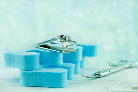 s�parateurs: Gros plan d'un coupe-ongles assis sur s�parateurs d'orteils bleus. Banque d'images